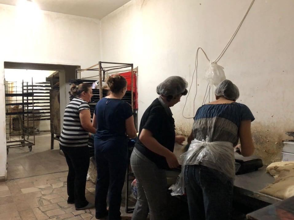 Εθελοντική δουλειά για την παρασκευή ψωμιού
