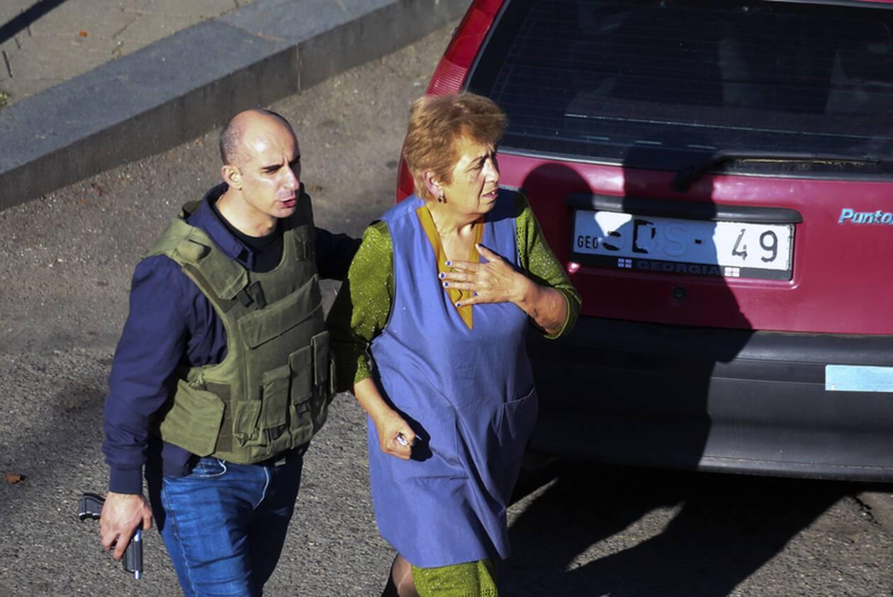 https://cdn.cnngreece.gr/media/news/2020/10/21/239444/photos/snapshot/georgia-bank-hostage-3.jpg