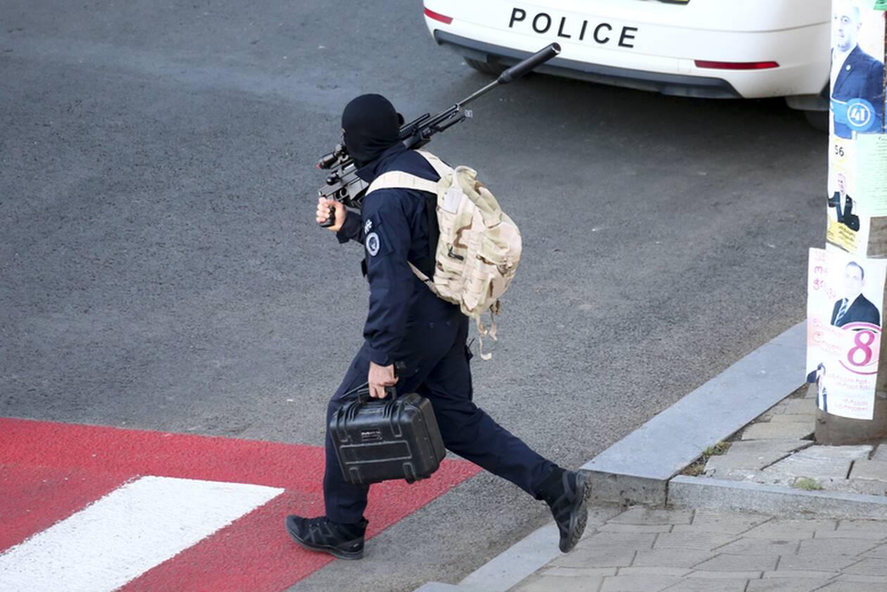 https://cdn.cnngreece.gr/media/news/2020/10/21/239444/photos/snapshot/georgia-bank-hostage-5.jpg