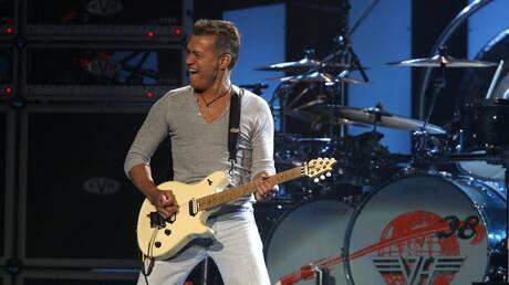 Δύο ηλεκτρικές κιθάρες του Έντι Βαν Άλεν θα πωληθούν σε δημοπρασία