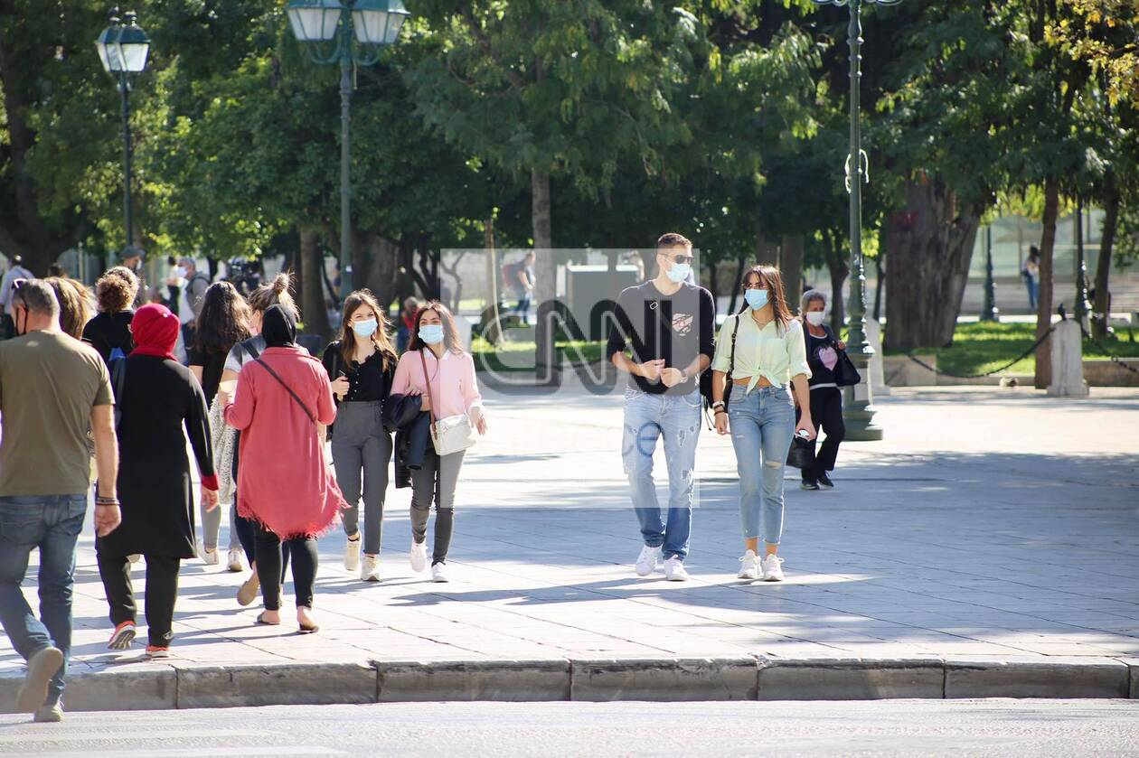https://cdn.cnngreece.gr/media/news/2020/10/24/239758/photos/snapshot/kentro-athinas-maska-ypoxrewtiki-7.jpg