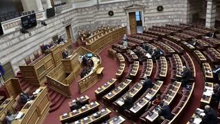 Σκληρή αντιπαράθεση για όλα στη Βουλή: Το κυβερνητικό αφήγημα και ο στόχος του ΣΥΡΙΖΑ