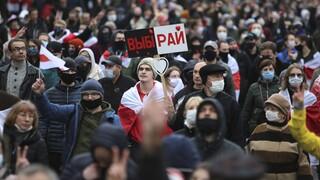 Λευκορωσία: Λήγει το τελεσίγραφο για τον Λουκασένκο – Χιλιάδες στους δρόμους