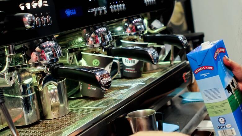 Με δικό τους ποτήρι για καφέ όσοι δεν θέλουν να πληρώσουν περιβαλλοντικό τέλος
