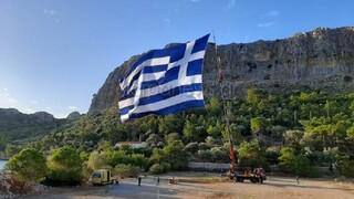 28η Οκτωβρίου - Καστελόριζο: Κρητικός ύψωσε τη μεγαλύτερη ελληνική σημαία