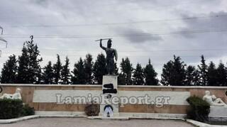 Βεβήλωση του αγάλματος του Λεωνίδα στις Θερμοπύλες