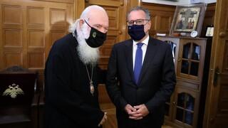 Συνάντηση του αρχιεπισκόπου Ιερώνυμου με τον αναπληρωτή υπ. Μετανάστευσης Γ. Κουμουτσάκο