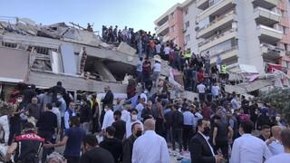 Σεισμός στη Σμύρνη: Συγκλονιστικές εικόνες από απεγκλωβισμό γυναίκας από τα συντρίμμια