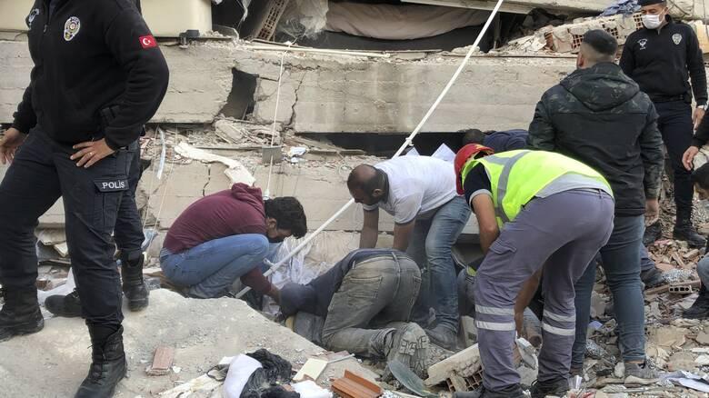 Σεισμός Σάμος: Έξι νεκροί στη Σμύρνη - Αυξήθηκαν οι τραυματίες