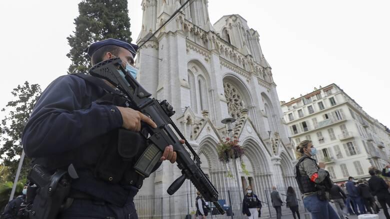 Συναγερμός στη Γαλλία: Εξουδετερώθηκε άνδρας που απειλούσε αστυνομικούς με μαχαίρια