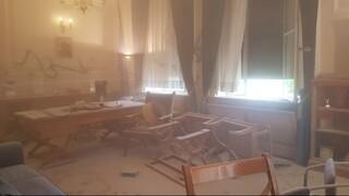Φωτογραφία που σοκάρει από την επίθεση κουκουλοφόρων στο γραφείο του πρύτανη της ΑΣΟΕΕ