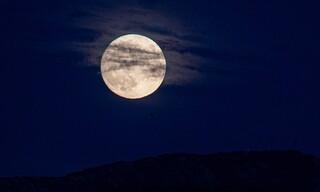 Εντυπωσιακές φωτογραφίες: Η μπλε πανσέληνος του Οκτώβρη «μαγεύει» τους λάτρεις του ουρανού