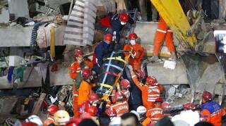 Σεισμός Τουρκία: Σε εξέλιξη δραματική επιχείρηση διάσωσης οικογένειας στη Σμύρνη