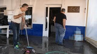 Σεισμός Σάμος: Διανομή φαγητού και στήσιμο σκηνών - Τις «πληγές» τους μετρούν οι σεισμόπληκτοι