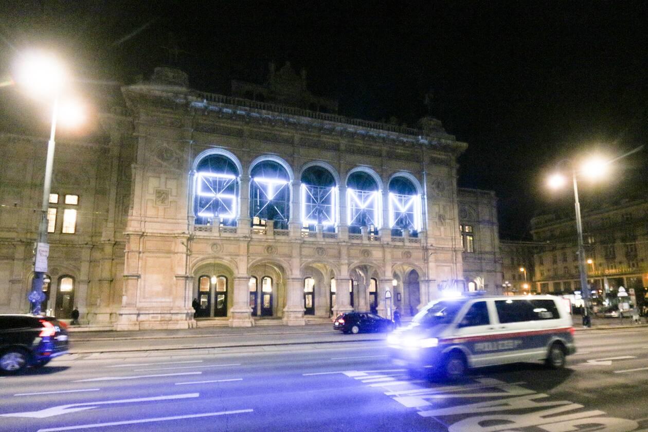 https://cdn.cnngreece.gr/media/news/2020/11/03/241087/photos/snapshot/austria_epithesi_synagogi-10.jpg
