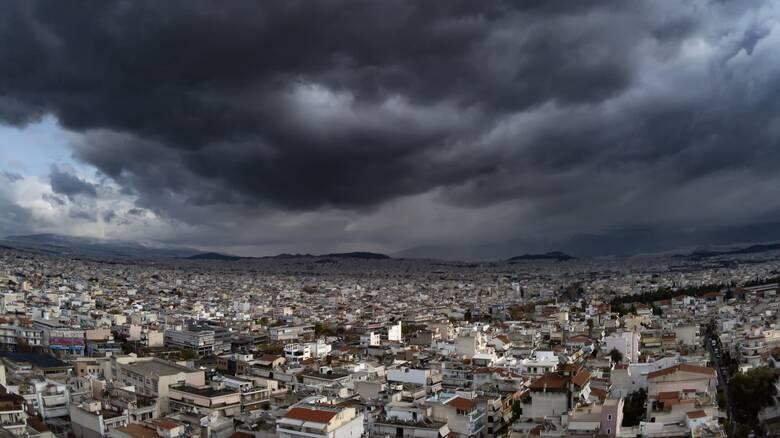 Καιρός: Συννεφιά, βροχές και μικρή πτώση της θερμοκρασίας σήμερα