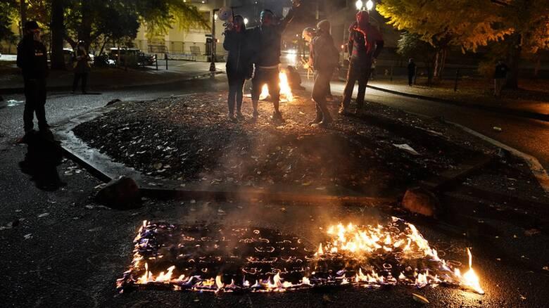 Εκλογές ΗΠΑ: Έκαψαν αμερικανικές σημαίες στο Πόρτλαντ