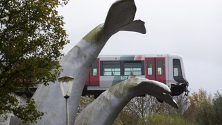 Ολλανδία: Ένα γλυπτό - φάλαινα έσωσε συρμό του μετρό που εκτροχιάστηκε