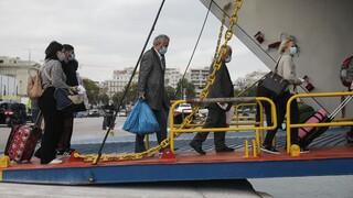 Lockdown: Κίνηση στο λιμάνι του Πειραιά – Εγκαταλείπουν την Αθήνα για τα νησιά