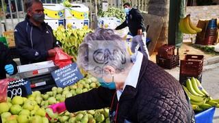 Lockdown: Μειωμένη η κίνηση στις λαϊκές αγορές - Τι λένε οι παραγωγοί στο CNN Greece
