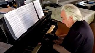 Βραζιλία: 80χρονος πιανίστας παίζει ξανά Μπαχ με τη βοήθεια «βιονικών γαντιών»