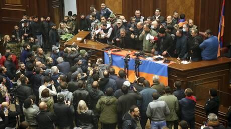 Ναγκόρνο Καραμπάχ: Εισβολή διαδηλωτών στο κοινοβούλιο της Αρμενίας μετά τη συμφωνία