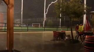 Συγκλονιστικό βίντεο: Κεραυνός «χτυπάει» γήπεδο στην Ισπανία