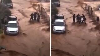 Κακοκαιρία στην Κρήτη: Καρέ - καρέ συγκλονιστική επιχείρηση διάσωσης