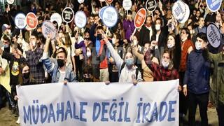 Kύπρος: Χιλιάδες Τουρκοκύπριοι στους δρόμους κατά των παρεμβάσεων της Τουρκίας