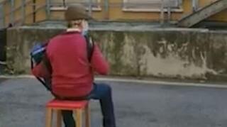 Συγκινητικό βίντεο: 81χρονος έκανε καντάδα στη γυναίκα του που νοσηλεύεται