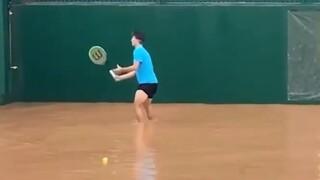 Ο Τσιτσιπάς τζούνιορ έπαιξε τένις σε… πλημμυρισμένο γήπεδο της Κρήτης