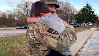 ΗΠΑ: Η συγκινητική επανένωση ενός στρατιωτικού με τον γιο του