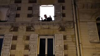 Γαλλία: Τενόρος ψυχαγωγεί τον κόσμο από το μπαλκόνι του στο lockdown