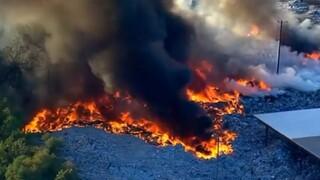 Απίστευτες εικόνες: Μεγάλη πυρκαγιά σε μονάδα ανακύκλωσης του Χιούστον