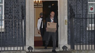 Βρετανία: Μαζεύει τα πράγματά του από την Ντάουνινγκ Στριτ ο Ντόμινικ Κάμινγκς
