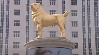 Τουρκμενιστάν: Ο πρόεδρος της χώρας έστησε ένα τεράστιο χρυσό άγαλμα σκύλου