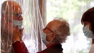 Κορωνοϊός: «Δωμάτιο αγκαλιάς» για ηλικιωμένους σε γηροκομείο της Ιταλίας
