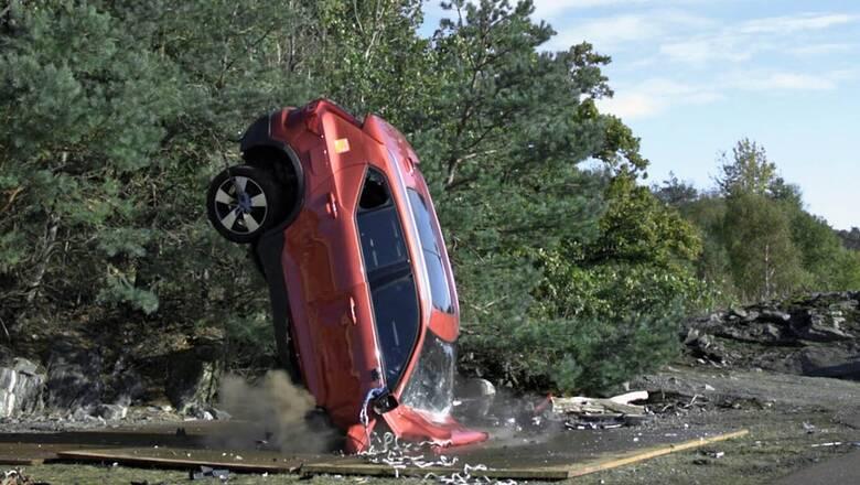 Το πιο σκληρό crash test: η Volvo ρίχνει τα αυτοκίνητα της στο έδαφος από τα 30 μέτρα