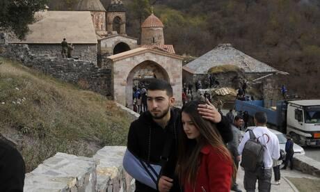 Ναγκόρνο Καραμπάχ: Αρμένιοι αποχαιρετούν το μοναστήρι τους και καίνε τα σπίτια τους