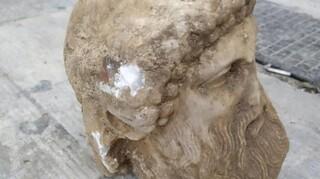 Υπουργείο Πολιτισμού: Τμήμα ερμαϊκής στήλης η αρχαία κεφαλή που ανακαλύφθηκε στην Αιόλου