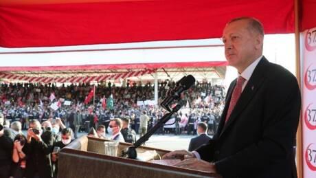 Υπό καταρρακτώδη βροχή η επίσκεψη Ερντογάν στα Βαρώσια