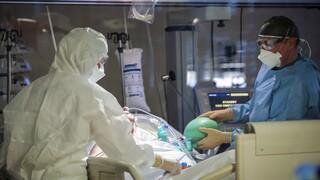 Κορωνοϊός: «Καλπάζει» η πανδημία - Ένας νεκρός ανά 20 λεπτά σήμερα