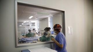 Κορωνοϊός: Νέο ρεκόρ με 443 διασωληνωμένους, 2.422 κρούσματα και 63νεκρούς