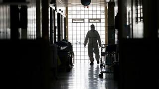 Ελβετία: Πρέπει οι αρνητές του κορωνοϊού να χάνουν τη θέση τους σε περίπτωση συμφόρησης στις ΜΕΘ;