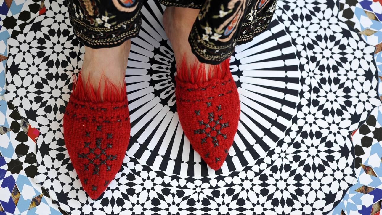 Alchimia: Το ελληνικό brand που κατασκευάζει vegan παπούτσια με folklore αισθητική