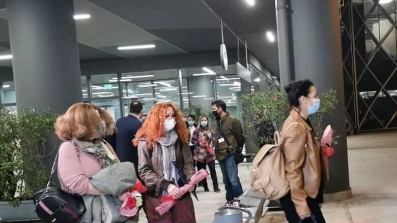 Στη Θεσσαλονίκη οι νοσηλεύτριες από την Κρήτη - Τις υποδέχθηκαν με τριαντάφυλλα