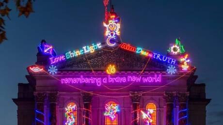Remembering a Brave New World: Η πρόσοψη της Tate Modern δίνει ένα μήνυμα αισιοδοξίας