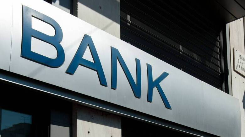 Στην Ελλάδα αντιστοιχεί 1 τραπεζοϋπάλληλος σε 292 κατοίκους, ενώ στην ευρωζώνη 1 σε 185 κατοίκους