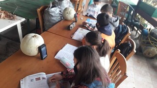 Lockdown: Πέντε παιδιά κάνουν τηλεκπαίδευση σε αυλή καφενείου με δύο κινητά