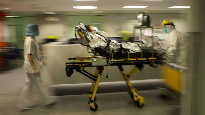 Κορωνοϊός: Ο «αόρατος εχθρός» κλυδωνίζει το σύστημα υγείας - Προς επίταξη ιδιωτικών κλινικών
